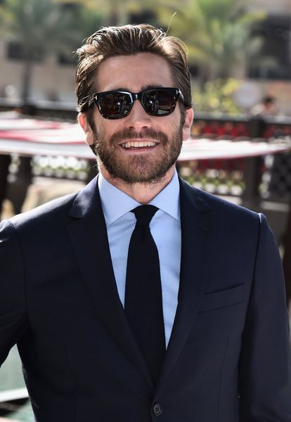 <strong>Quem é.</strong> O O ator californiano Jake Gyllenhaal, 36 anos, conhecido por filmes como 'O Segredo de Brokeback Mountain', acaba de estrear 'Demolition' ao lado de Naomi Watts. <strong>Por que gostamos de seu estilo.</strong> . Os tapetes vermelhos são bastante soporíferos em matéria de moda masculina, mas Gyllenhaal sempre interessa por algum motivo. É um bonitão oficial, mas nunca parece um figurino de catálogo. Defende o título há várias temporadas da única maneira possível: fazendo com que não seja possível competir com ele.