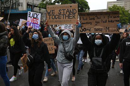 Manifestantes protestam contra violência policial contra os afro-americanos em Birmingham na quinta-feira.