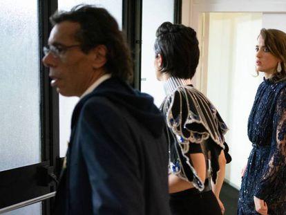 As atrizes Noémie Merlant (no centro) e Adèle Haenel (à direita) deixam a cerimônia após o anúncio do prêmio a Polanski, nesta sexta-feira. Em vídeo, protesto contra Roman Polanski na entrada do César.