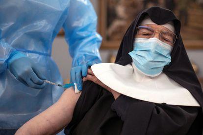 Freira recebe segunda dose na casa de repouso San José, em Ourense.