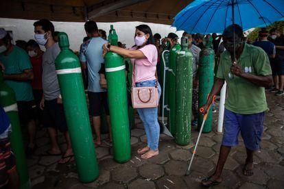 Familiares de pacientes com covid-19 fazem fila em uma empresa de Manaus para comprar cilindros de oxigênio, no último 19 de janeiro.