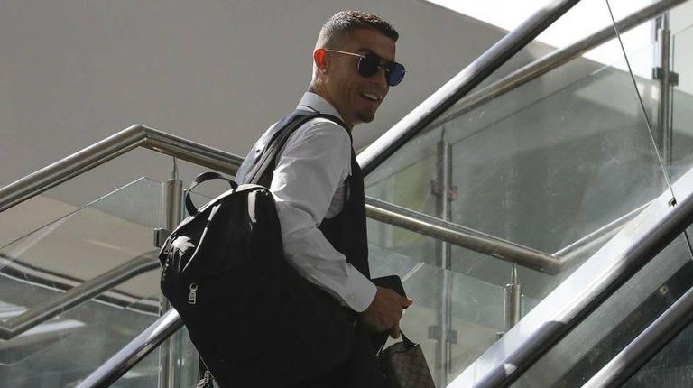 Cristiano Ronaldo no aeroporto de Moscou depois da eliminação de Portugal.