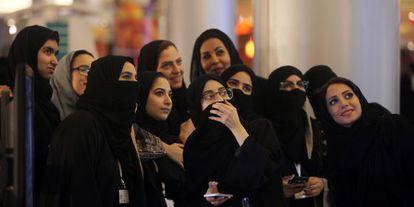 Grupo de mulheres sauditas tiram uma fotografia em um shopping center em Jidá, na quinta-feira.