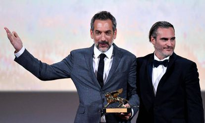Joaquin Phoenix (direita) e Todd Philips, com o León de Ouro por 'Joker'.