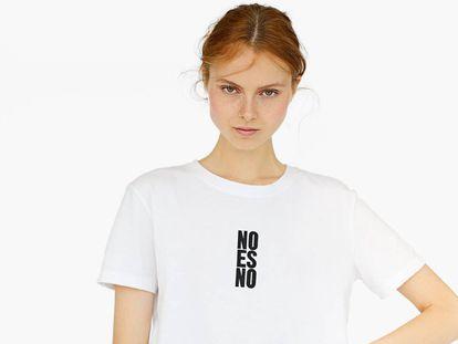 """Camiseta da Stradivarius com o lema """"No es no""""."""