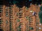 EL PAÍS - COVID-19 - BRAZIL - El cementerio de Vila Formosa es una necrópolis pública ubicada entre los distritos de Carrão y Vila Formosa. [1], en la ciudad de São Paulo. Considerado el cementerio más grande de América Latina. El promedio diario de cavar hoyos en el cementerio de Vila Formosa, al este de São Paulo, aumentó de 50 a 300 para cumplir con la aceleración en el número de muertes causadas por Covid-19. La expansión del cementerio es una de las medidas del plan de contingencia funerario anunciado esta semana por el alcalde Bruno Covas. Foto / TONI PIRES - EL PAÍS - São Paulo, 23.04.2020