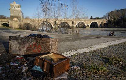 As margens do rio Tibre em Roma acumulam lixo há meses.