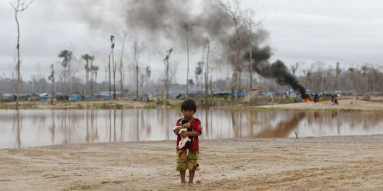 Criança perto de uma operação contra a mineração no Peru.