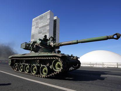 Tanque de guerra passa em frente ao Palácio do Planalto durante comboio ordenado por Bolsonaro.