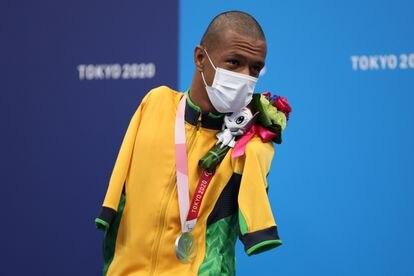 Gabriel Araújo celebra a medalha de prata nos 100m costas da classe S2 da natação.