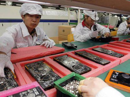 Linha de produção da Foxconn, montadora de iPhones, em Shenzhen (China).