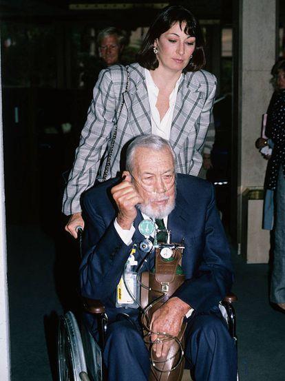 Anjelica Huston com o pai John Huston em 1986. Ele morreria um ano depois.