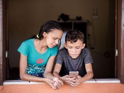 Patrícia Nataline de Oliveira e o filho, Maycon.