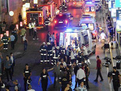 Socorristas de emergência com as vítimas, no aeroporto de Istambul.