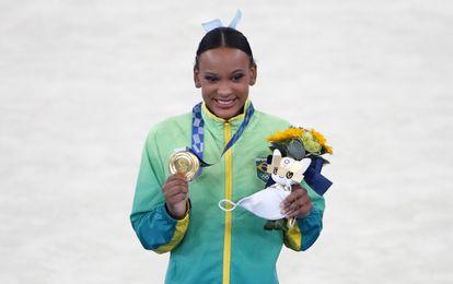 Rebeca Andrade ao receber a medalha de ouro na prova de salto da ginástica artística feminina, em Tóquio. Atleta tinha conquistado a prata dois dias antes.