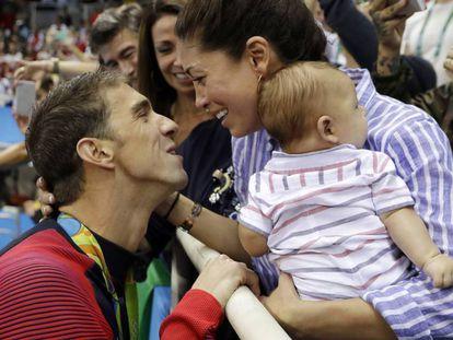 Phelps, à esquerda, comemora com namorada e o filho