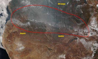 Imagem de satélite mostra o fogo que cruza por Angola, Zâmbia e o Congo, em 25 de agosto.