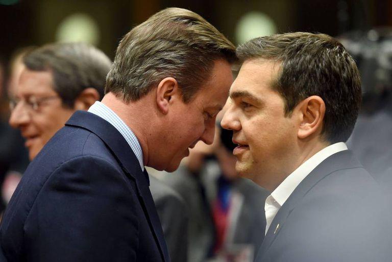 O britânico Cameron e o grego Tsipras nesta terça-feira em Bruxelas.