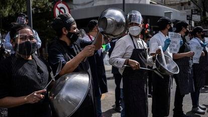 Trabalhadores de restaurantes protestam para pedir que o Governo mexicano permita a entrada de clientes em seus estabelecimentos na Cidade do México, em janeiro de 2021.