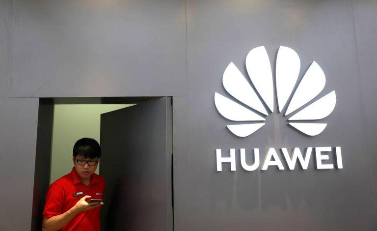 Funcionário da Huawei em uma loja da empresa em Bangkok.