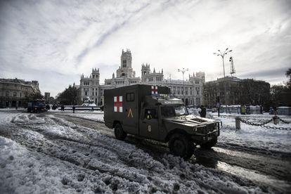 Uma ambulância do Exército ao lado da Fonte de Cibeles, em Madri, depois da tempestade Filomena, no início deste ano. ÁLVARO GARCÍA