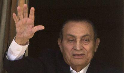 Mubarak acena, em 25 de abril passado, de seu quarto no hospital militar do Cairo.