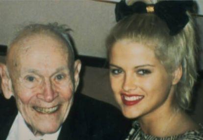 Anna Nicole Smith com seu marido, J. Howard Marshall, em uma foto cedida pela modelo ao programa de Larry King.