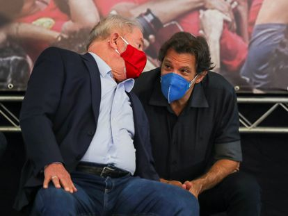 O ex-presidente Lula conversa com Fernando Haddad durante coletiva de imprensa no Sindicato dos Metalúrgicos.