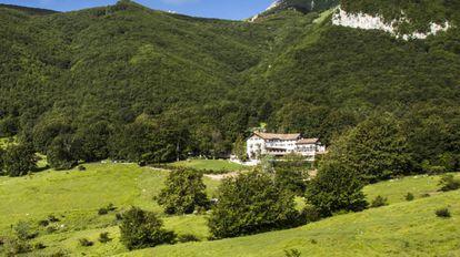 Vista do hotel no verão.
