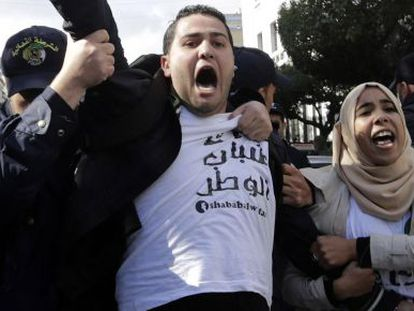 Ativistas protestando na capital Argel contra a candidatura de Buteflika.