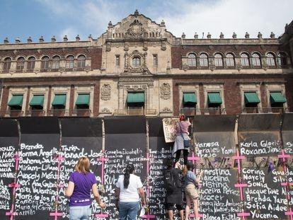 A cerca no perímetro do Palácio Nacional do México, tomada pela inscrição de nomes de vítimas de feminicídio.