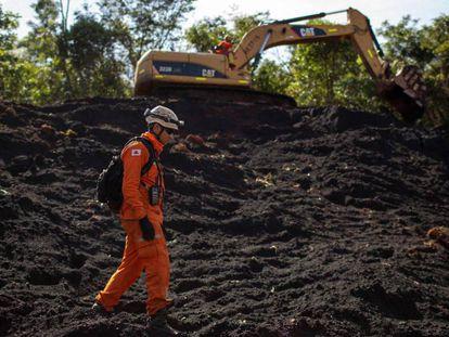Um bombeiro nas operações de resgate em Brumadinho, Minas Gerais.