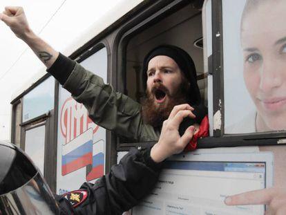 Um opositor é preso durante uma marcha não autorizada para comemorar o centenário da revolução, na segunda-feira, em São Petersburgo.