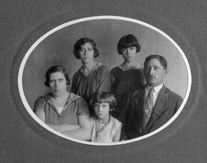 Da esquerda à direita, Mania Krimgold, Elisa, Clarice, Tania e Pinkhas Lispector