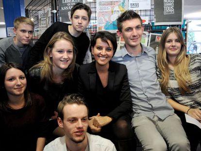 Najat Vallaud-Belkacem, ministra da Educação da França, em uma escola onde um aluno foi agredido por apoiar o 'Charlie Hebdo'.