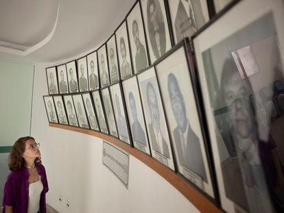 A vereadora Bia Bogossian observa os vereadores homens nos corredores da Prefeitura de Três Rios, na segunda-feira.