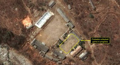 Área administrativa da área de testes nucleares norte-coreana de Punggye-ri. No destaque, a quadra de voleibol, onde há uma partida em disputa.