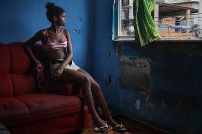 Gabriela, de 16 anos e filha de Roberta, no salão de sua casa no bairro de Complexo do Alemão.