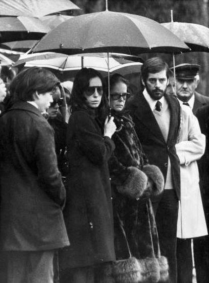 """A viúva de Chaplin, Oona (no centro da imagem), negou-se a ceder e declarou que seu marido """"teria considerado ridícula toda esta situação"""""""