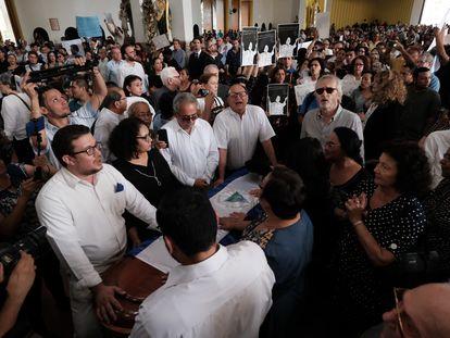Um grupo de amigos próximos de Ernesto Cardenal protege o seu caixão.