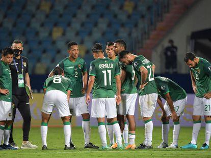 A seleção boliviana, nesta segunda-feira, em Goiânia, durante sua estreia contra o Paraguai.