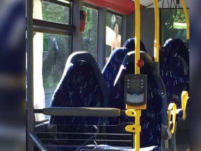 Grupo racista confunde foto de ônibus vazio com seis mulheres de burca