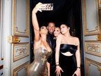 Kim Kardashian, segurando um celular no baile de gala do Metropolitan Museum, em maio de 2018.