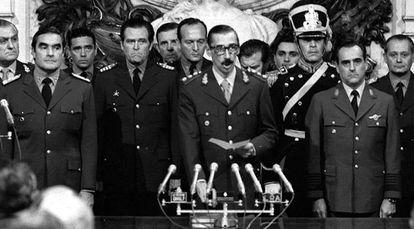 Jorge Rafael Videla (c) jura como presidente da Argentina em 1976.