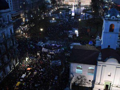 Protesto de professores e alunos das universidades públicas argentinas na Praça de Maio, em Buenos Aires.