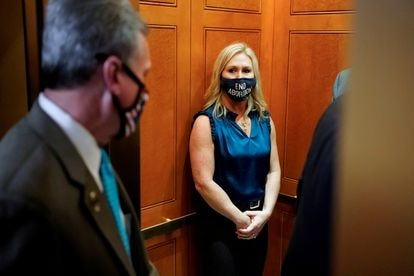 """Marjorie Taylor Greene no Congresso, com uma máscara que diz """"Trump ganhou""""."""