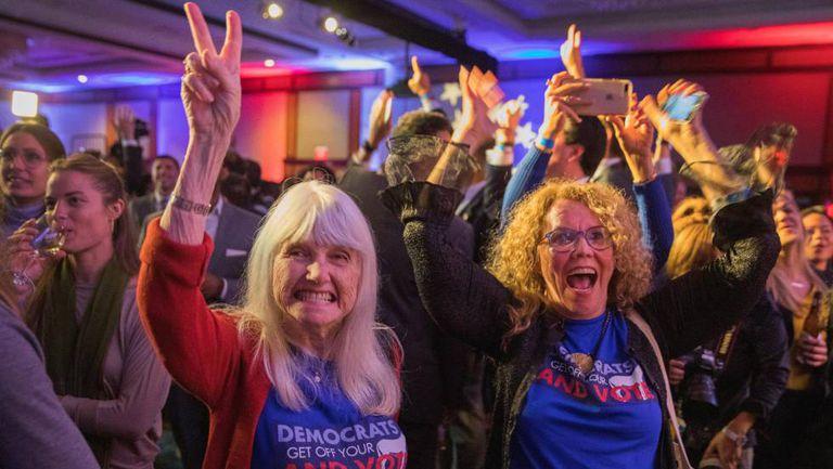 Apoiadoras da democrata Nancy Pelosi comemoram vitória