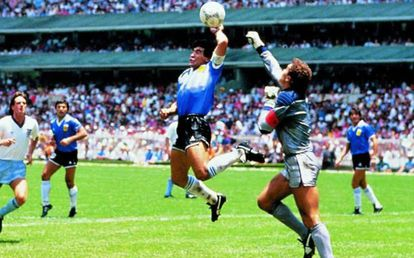 Maradona marca gol de mão contra a Inglaterra, na Copa de 1986. O tento se tornou conhecido como o gol da Mão de Deus e abriu caminho para a conquista do mundial pela equipe das Argentina.