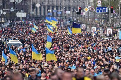 Partidários de Poroshenko, durante sua chegada ao estádio, neste sábado.
