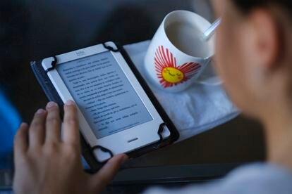 Jovem lê um livro digtal em Sevilla, na Espanha, no último dia 20 de maio.
